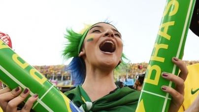 Braziliaanse fan juicht borsten uit topje