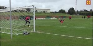 Mertens scoort geweldige goal op Belgische training