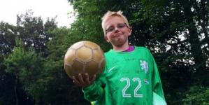 Vorm maakt jongetje dolblij met officieel keepersshirt