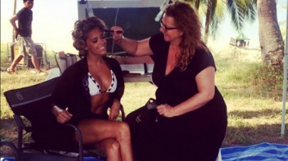 FOTO | Sylvie nog steeds in bikini op het strand