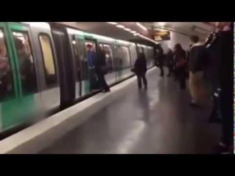 Racistische Chelsea-fans weren donkere man uit metro