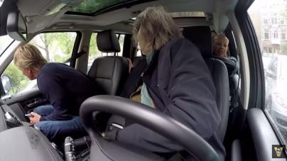 VIDEO | Johan Derksen kan geen autorijden