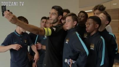 Freestylevoetballer Touzani geeft jeugdspelers Manchester City voetballes