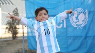 Afghaans jongetje krijgt gesigneerd shirt van Messi
